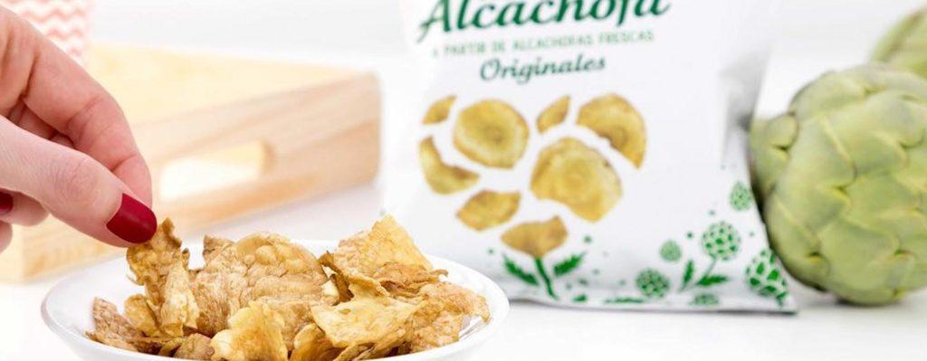 mujer probando snacks de alcachofa