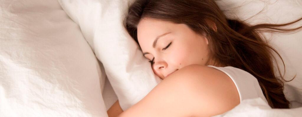 mujer descansando al haber consumido alcachofas por la noche
